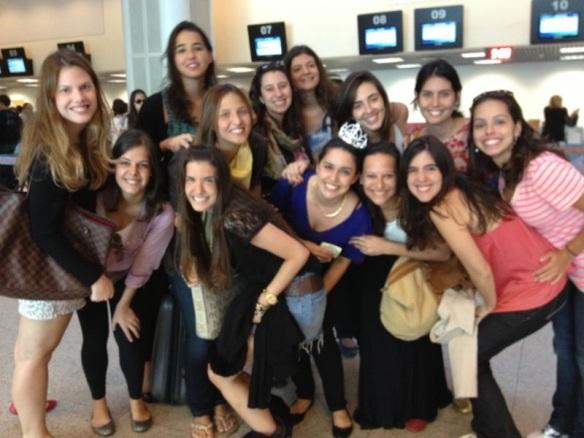 Todas as meninas no aeroporto