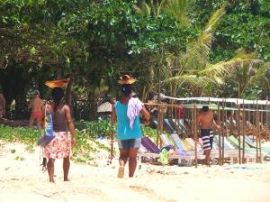 Moradores locais e ao fundo o Bar da Praia