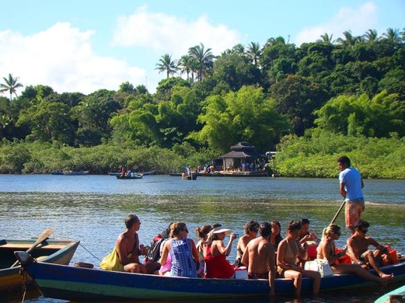 Pessoas chegando e partindo de Caraíva no barquinho a remo