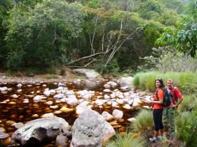 A trilha segue pelas pedras no rio
